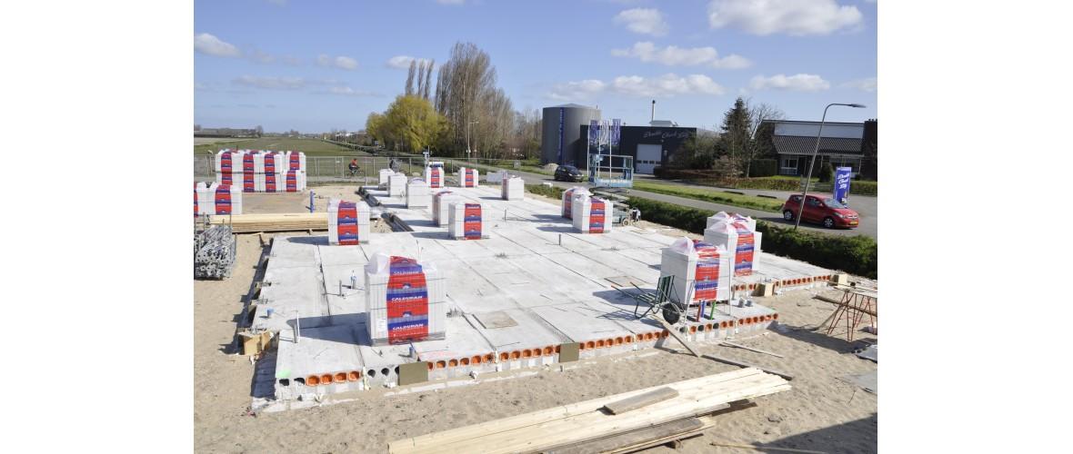 25 maart 2020 - De lijmblokken voor de wanden staan klaar om verwerkt te worden.