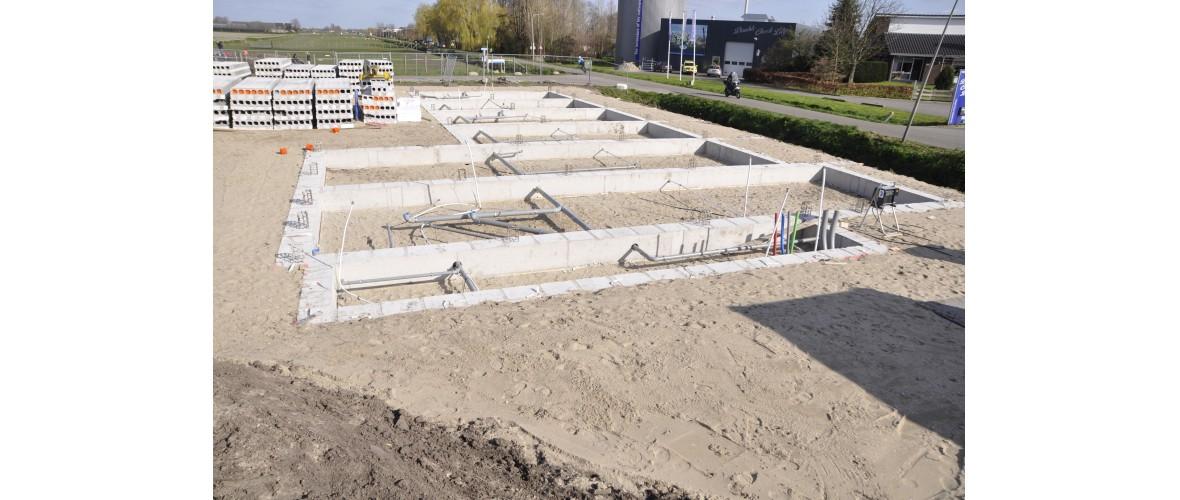21 maart 2020 - De fundering staat klaar om de vloerplaten op te leggen.