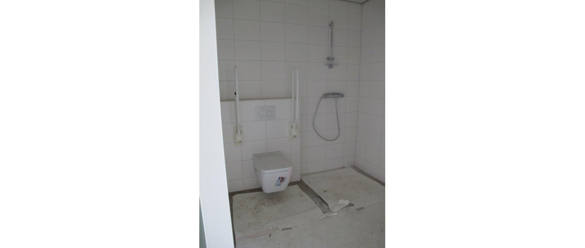 Oktober 2020 - Toilet en douchehoek in de badkamer van de gastenkamer