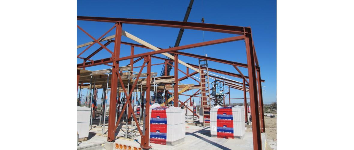 De staalconstructie is gesteld, hierdoor krijg het gebouw vorm