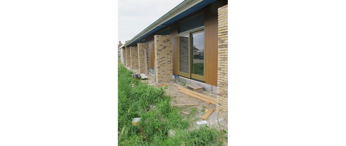 Juni 2020 - Schuifpui van een gastenkamer, op de voorgrond komt nog een terras