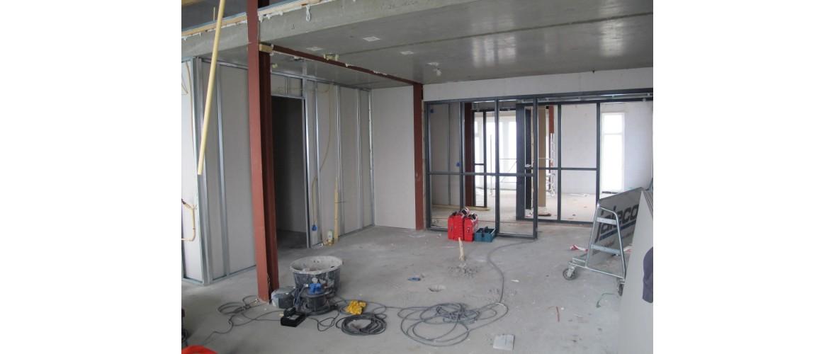 Juni 2020 - Vanuit de woonkamer zicht op de opslagruimte voor de keuken