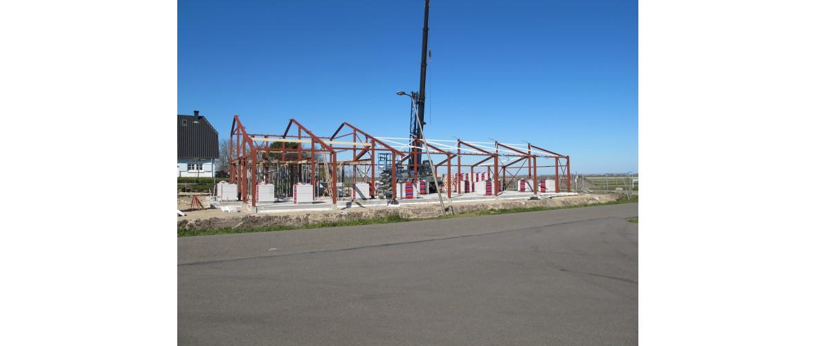 31 maart 2020 - De staalconstructie is gesteld, hierdoor krijg het gebouw vorm.