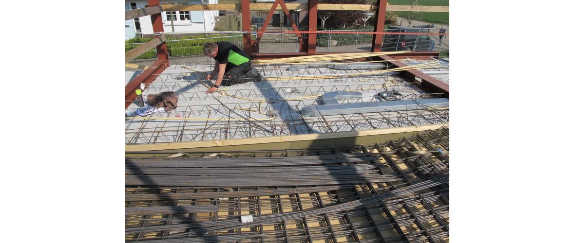 De vloerplaten van de verdiepingsvloer zijn gelegd, de installatie en de wapening worden aangebracht.
